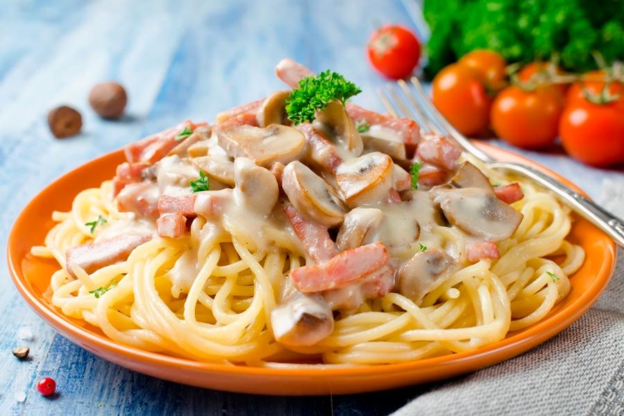 Спагетти с мясом и грибами