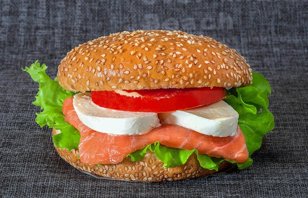 Бургер со слабо-соленым лососем