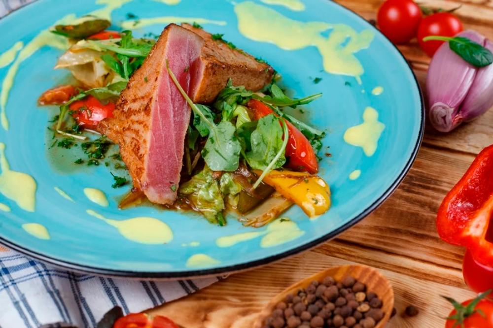 Филе тунца с овощами